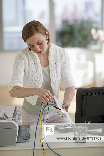 Vereinigte Staaten von Amerika USA Frau Wohnhaus Büro installieren Router