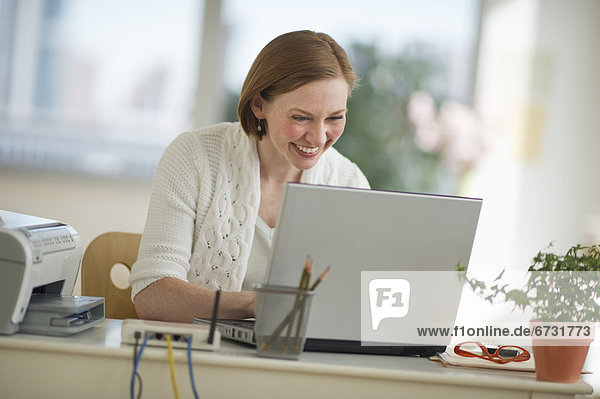 Vereinigte Staaten von Amerika USA Frau Notebook Wohnhaus arbeiten Büro