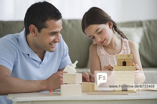 Palast  Schloß  Schlösser  Menschlicher Vater  Gebäude  Spielzeug  Tochter  5-9 Jahre  5 bis 9 Jahre