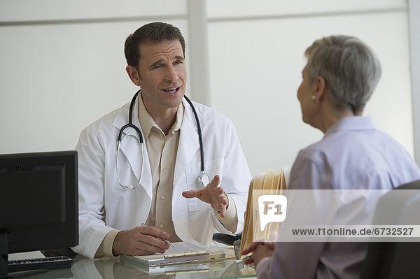 Patientin  sitzend  Arzt  Büro
