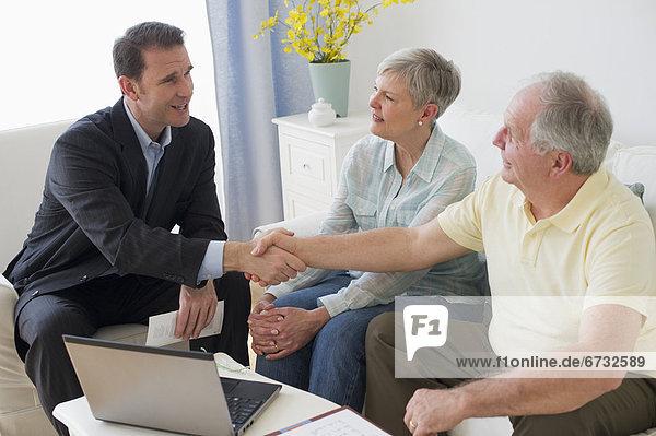 Senior  Senioren  sprechen  Geschäftsmann  Zimmer  Wohnzimmer