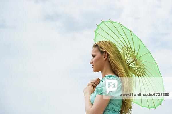 Frau  halten  Sonnenschirm  Schirm