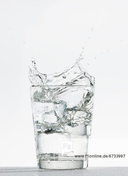 Wasser  Glas  planschen  schießen  Studioaufnahme
