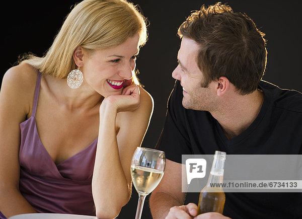 Romantisches Paar mit Drinks
