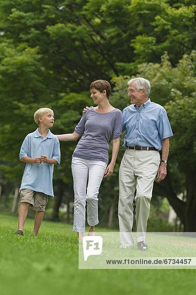 Drei Generation Familienwanderung im park