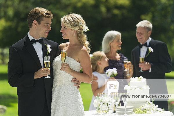 Braut  Bräutigam  Hochzeit  grüßen  Menschen im Hintergrund  Hintergrundperson  Hintergrundpersonen