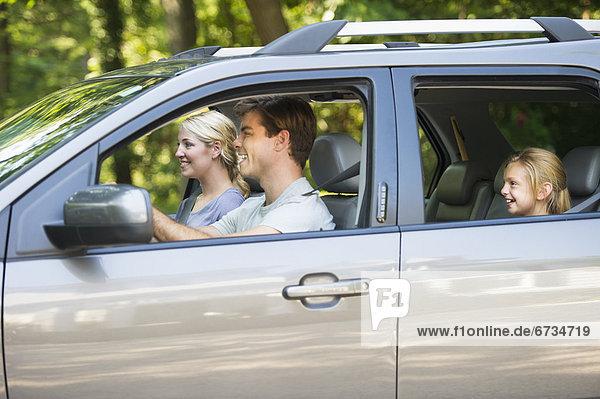 Auto  Menschliche Eltern  fahren  Tochter  10-11 Jahre  10 bis 11 Jahre