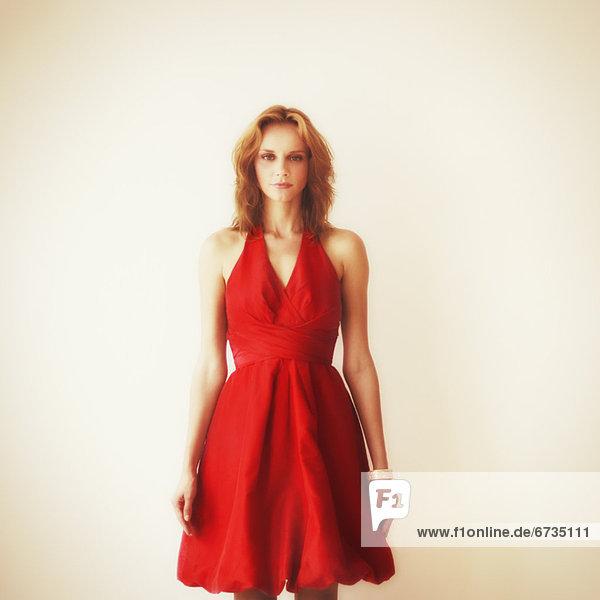 Portrait  Frau  rot  jung  Studioaufnahme  Kleid