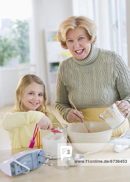 Lebensmittel Vorbereitung Enkeltochter Großmutter 5-9 Jahre 5 bis 9 Jahre