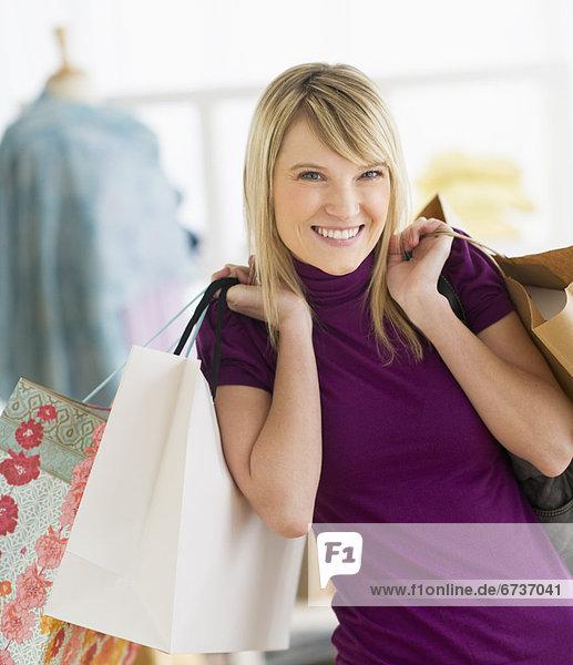 Portrait  Frau  Tasche  halten  kaufen