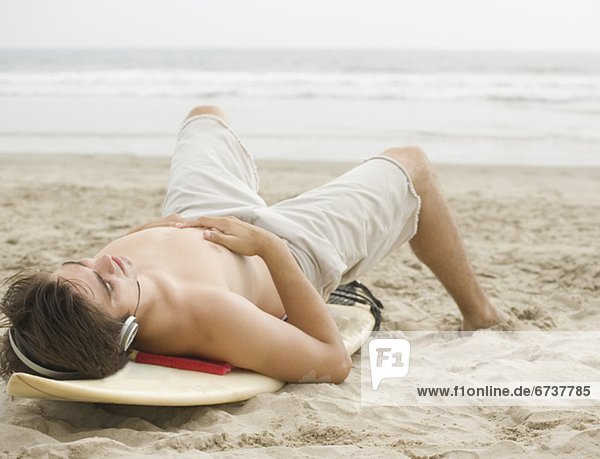 liegend  liegen  liegt  liegendes  liegender  liegende  daliegen  Mann  Strand  Surfboard