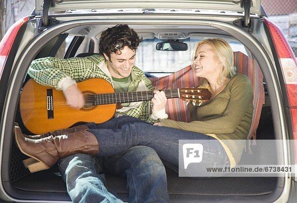 sitzend  Auto  Gitarre