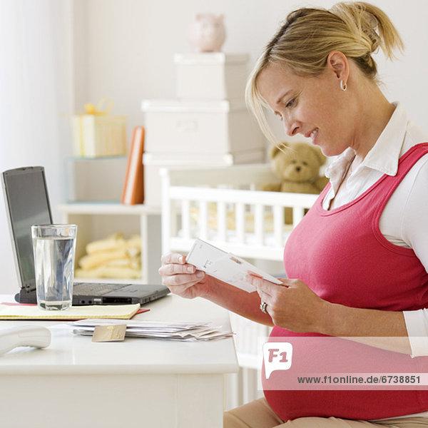 Frau  Schwangerschaft  Post  vorlesen