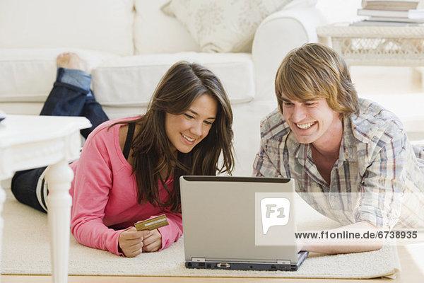 Paar Blick auf Laptop