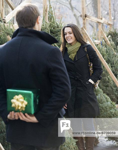 Geschenk  Mann  Freundin  Überraschung