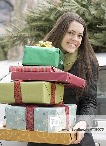 Frau halten Stapel Weihnachtsgeschenk