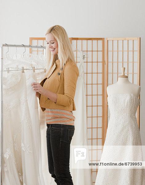Frau  sehen  Braut  Hochzeit  jung  Laden  Kleid