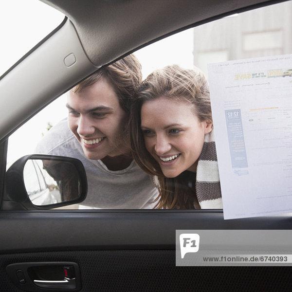 Paar shopping für neues Auto