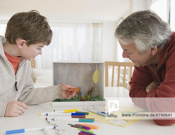 Planung Menschlicher Vater Sohn arbeiten Dinosaurier