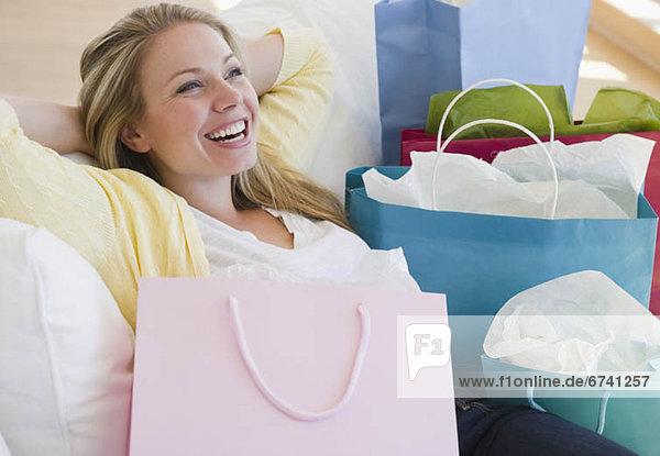 Vereinigte Staaten von Amerika  USA  Attraktivität  Frau  ruhen  kaufen  jung  Jersey City  New Jersey
