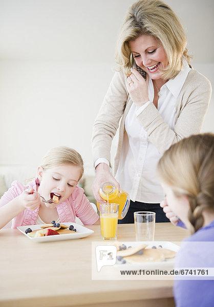Vereinigte Staaten von Amerika USA Tochter essen essend isst Mutter - Mensch Frühstück