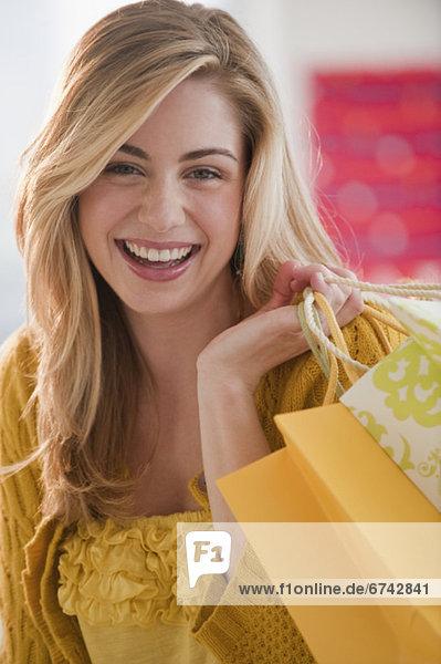 Portrait  Frau  Tasche  halten  kaufen  jung  Laden