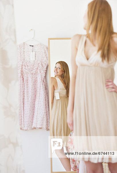 Frau  Kleidung  jung  Laden  Kleid  Anprobe