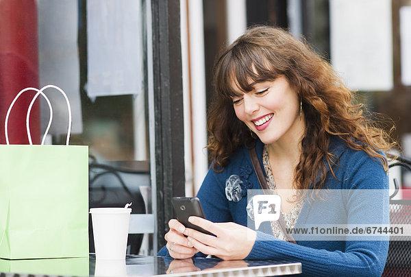 Handy  sitzend  Frau  Kurznachricht  Weg  Cafe