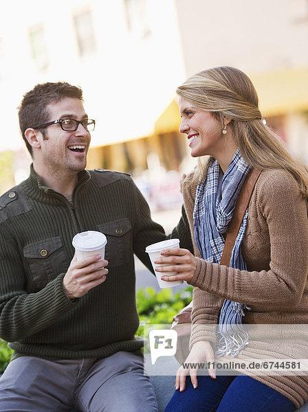 sitzend  jung  Kaffee  Fast Food  takeaway  junk