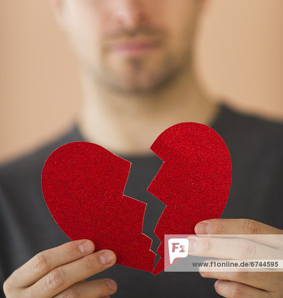 Mann  Papier  halten  jung  herzförmig  Herz  zerbrochen