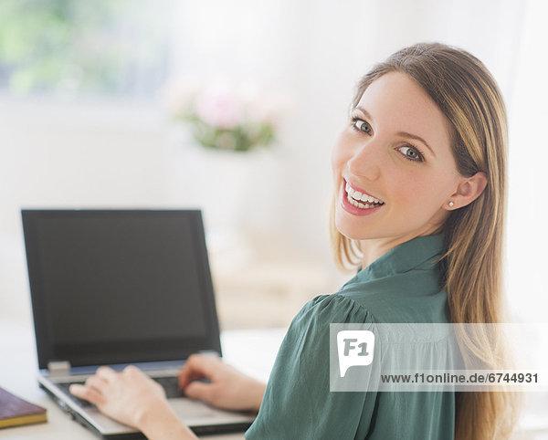 Portrait  Frau  Notebook  arbeiten  jung
