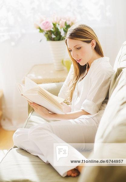 Portrait Frau Buch jung Taschenbuch vorlesen
