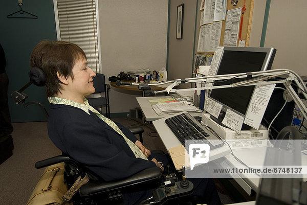 benutzen  Frau  Computer  Schreibtisch  Überprüfung  berühren  Büro  Ontario  Toronto  Rollstuhl
