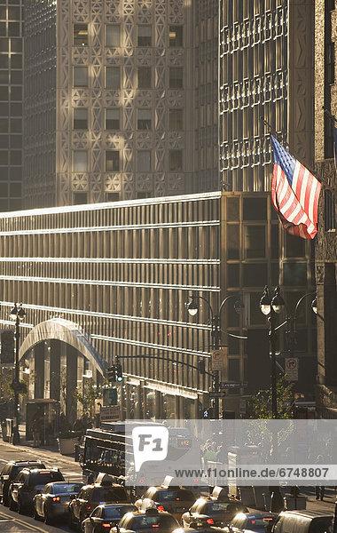 Vereinigte Staaten von Amerika  USA  Außenaufnahme  Städtisches Motiv  Städtische Motive  Straßenszene  Straßenszene  fliegen  fliegt  fliegend  Flug  Flüge  New York City  Gebäude  Fahne  Büro  amerikanisch