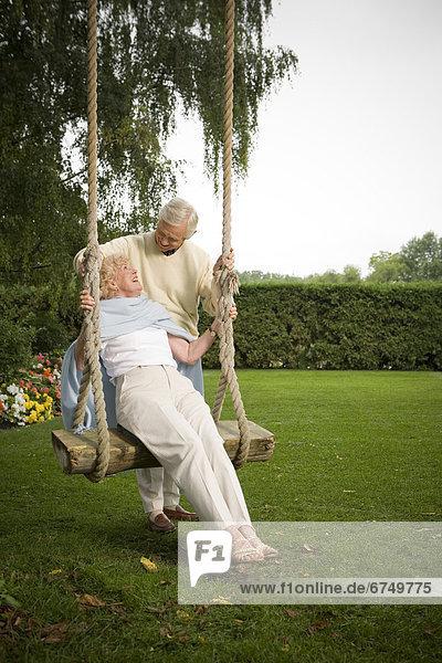 Senior  Senioren  schaukeln  schaukelnd  schaukelt  schwingen  schwingt schwingend  Frau  Mann  schieben  Schaukel