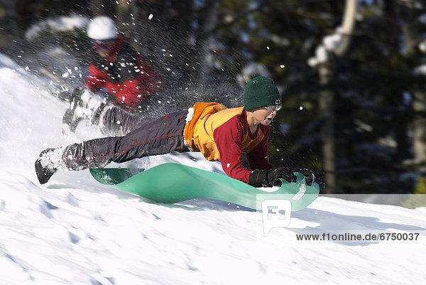 rutschen  bedecken  In der Luft schwebend  Junge - Person  Hügel  Schnee