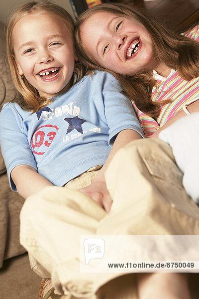 2  jung  lächeln  Couch  Mädchen