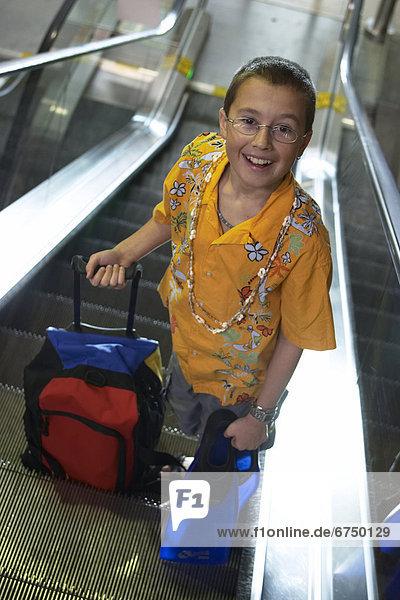 Rolltreppe  Junge - Person  Gepäck  Flughafen  Schwimmflosse  Flosse