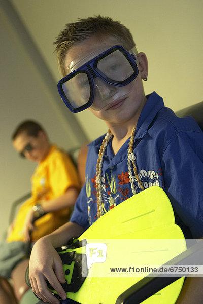 Junge - Person  halten  Flughafen  Schwimmflosse  Flosse  Taucher  Lounge  Kleidung  Maske  Abreise