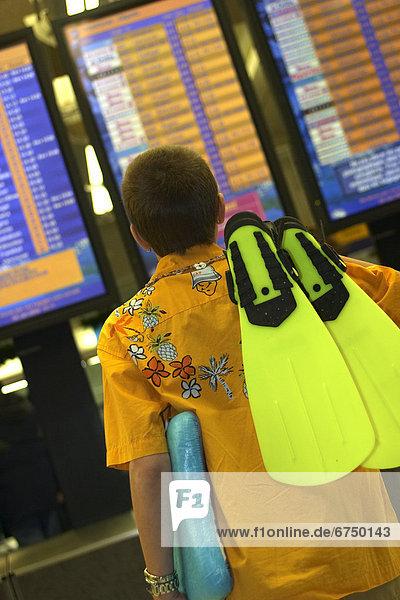 einsteigen  sehen  Junge - Person  Flughafen  Schwimmflosse  Flosse  Abreise