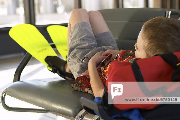 Junge - Person  warten  Flughafen  Schwimmflosse  Flosse