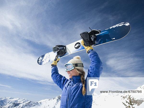 Frau  Snowboard  über  halten