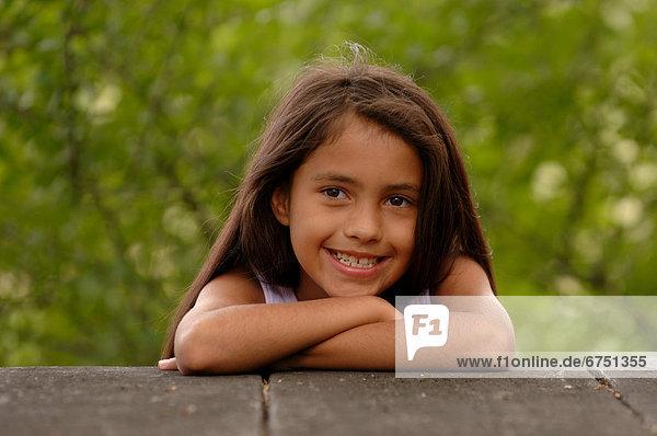 angelehnt  Wand  jung  Mädchen