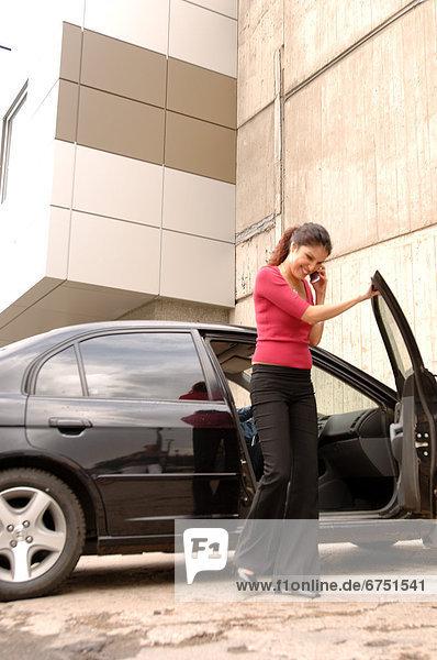 Handy  Frau  sprechen  Auto  rauskommen