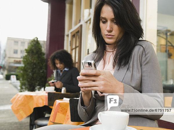 Geschäftsfrau , Text , Cafe , Kurznachricht , Außenaufnahme