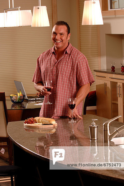 Mann  Glas  Wein  Küche  halten