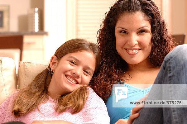 Mutter und Tochter auf Couch