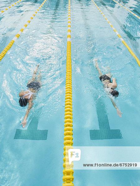 Frau schwimmen