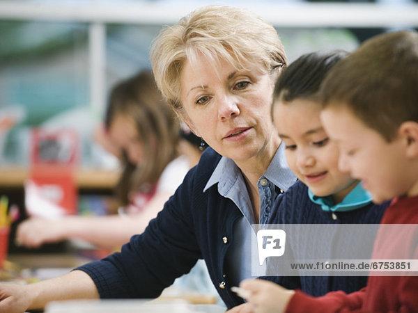 sitzend  Kindergarten  Lehrer  Student  Tisch