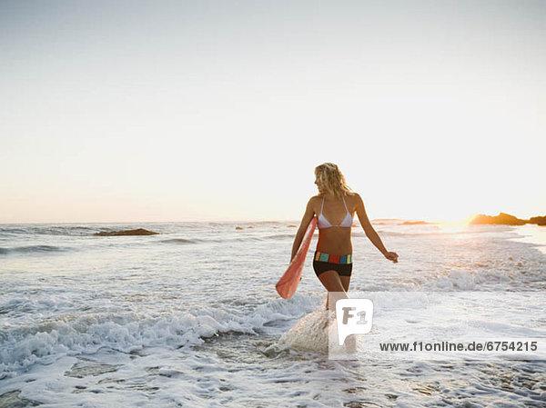 Portrait einer Frau with surfboard